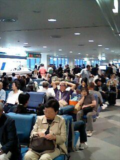 台風影響でごった返す千歳空港